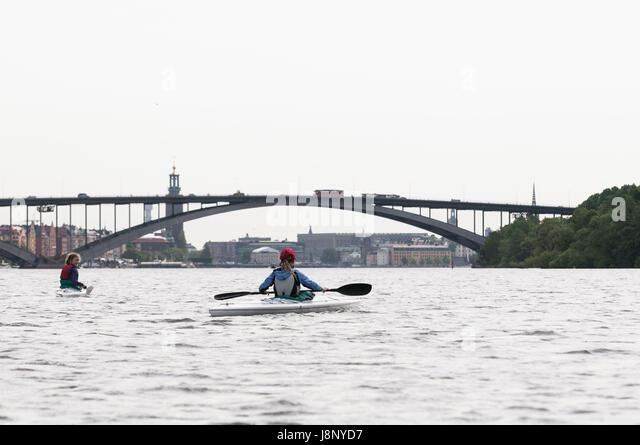 Women kayaking on river - Stock-Bilder