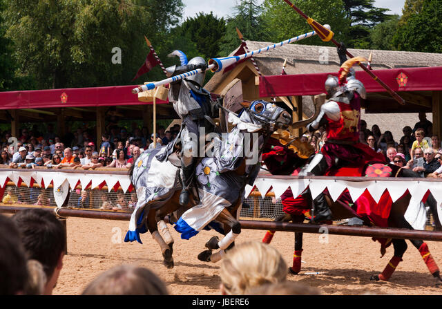 War of the Roses jousting battle re-enactment performed in front of an audience of tourists at Warwick castle in - Stock Image