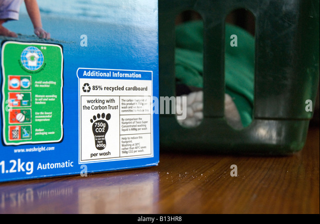 Label showing carbon footprint on Tesco washing powder developed by the Carbon Trust to help reduce carbon emissions - Stock Image