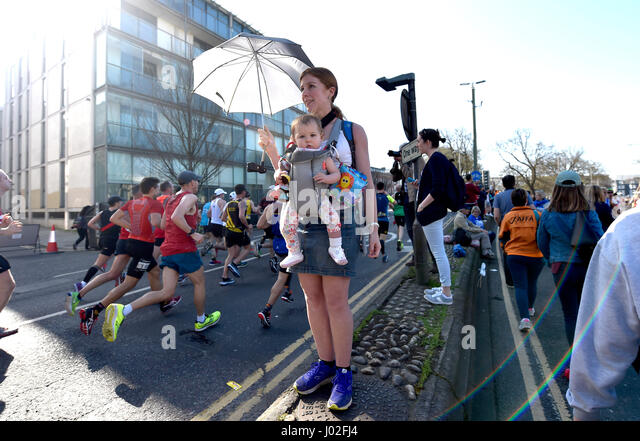Brighton, UK. 9th Apr, 2017. This young spectator stays in the shade as thousands of runners take part in the Brighton - Stock-Bilder