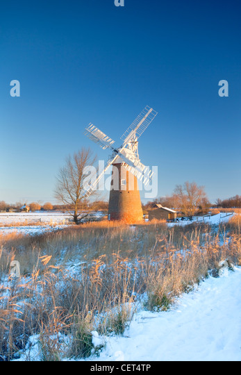 Snow on the ground around the newly restored Hardley Drainage Mill, originally built in 1874, on the Norfolk Broads. - Stock-Bilder