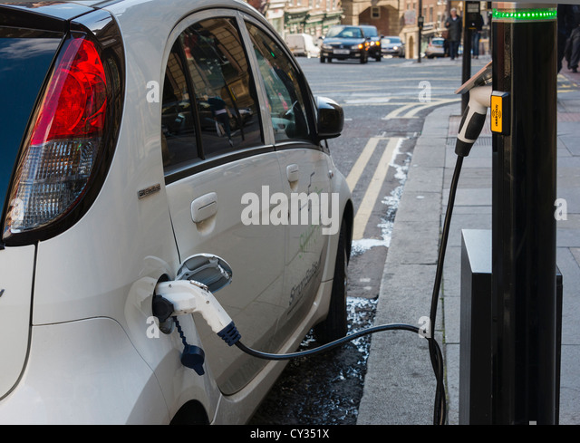 Electric car on street charging point - Stock Image