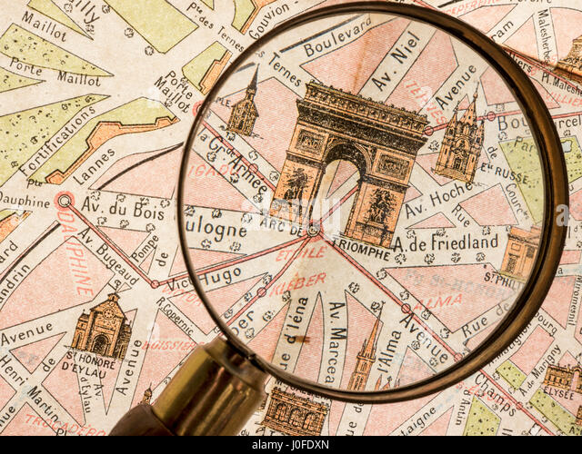 Magnifying Glass on detail of antiquarian vintage retro Monumental Map of 1900's Paris, featuring Arc de Triomphe - Stock-Bilder