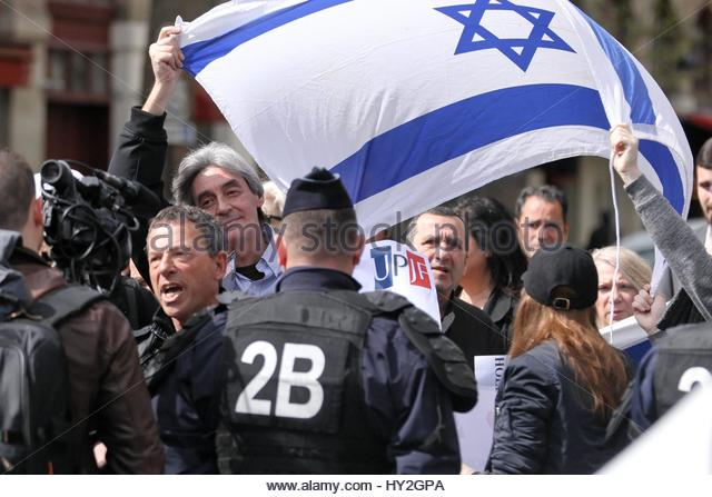 Paris, France. 1st Apr, 2017. A flag blows in the wind as as both supporters and opponents of the Israeli occupation - Stock Image