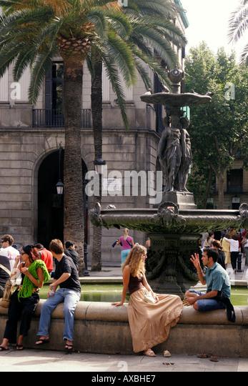 Barcelona Plaze Real palm trees tourists fountain - Stock Image