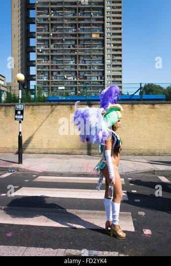 Dancer from Paraiso School of Samba waiting to join parade route with Trellick Tower in backgroud, Notting Hill - Stock Image