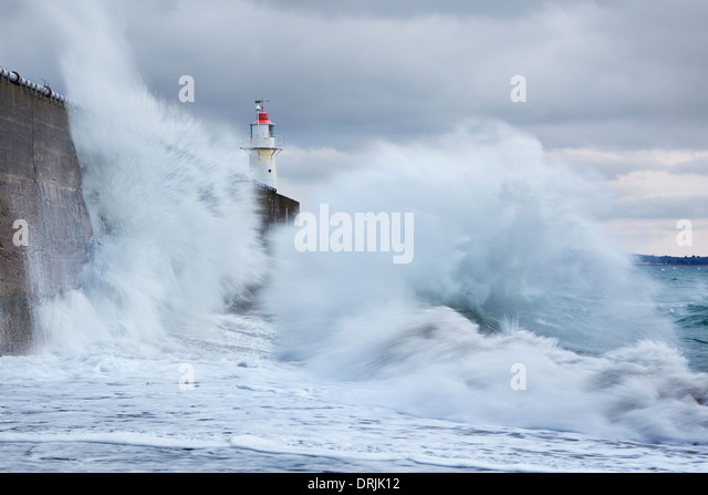 Large waves colliding into the sea wall at Newlyn - Stock-Bilder