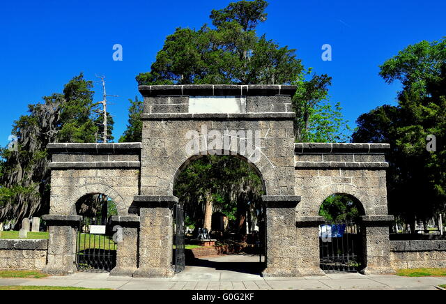 New Bern, North Carolina:   Weeping Arch Gate at historic Cedar Grove Cemetery on Queen Street * - Stock Image