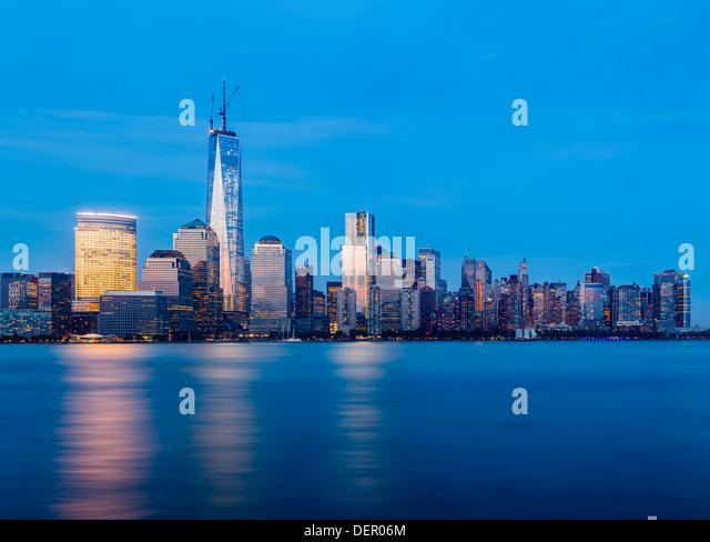 Skyline of New York city across the Hudson River at dusk - Stock Image