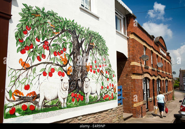 UK, Herefordshire, Leominster, Rainbow Street, apple tree & two Ryeland sheep wall mural, by artist Mike Johnson - Stock Image