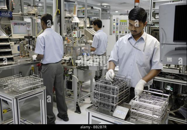 Mitarbeiter der Bosch Ltd in Bangalore Hier werden Dieseleinspritzpumpen gefertigt Indien Employees at Bosch Ltd - Stock-Bilder