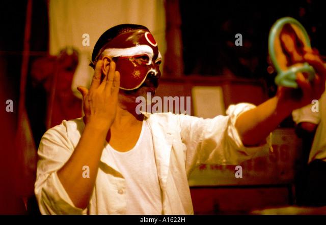 Chinese Opera actor applying make up. - Stock-Bilder