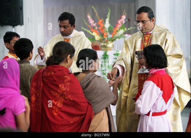 Holy communion during Sunday service in the roman catholic Cathedral Saint Joseph's in Lucknow, Uttar Pradesh, - Stock-Bilder