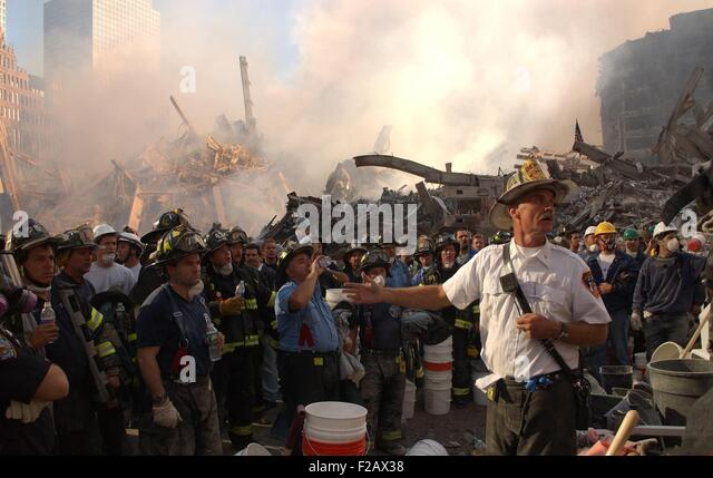 A NYC Fire Chief addresses firefighters at Ground Zero on Sept. 12, 2001. On the first day after 9-11, the firemen - Stock-Bilder