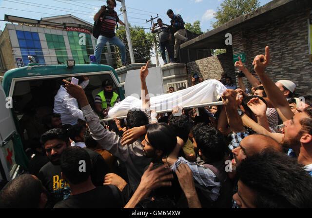 Srinagar, India. 24th Aug, 2016. People carry the dead body of Amir Mir outside a hospital in Srinagar the summer - Stock Image