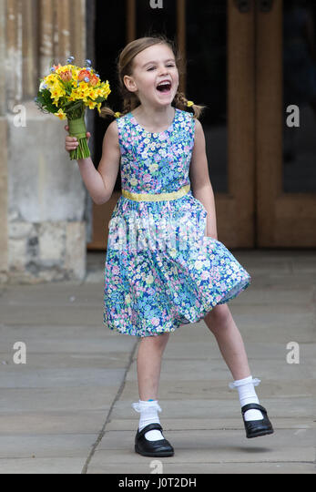 Windsor, UK. 16th April, 2017. Josephine Thompson, 5, prepares to give a traditional posy of flowers to Queen Elizabeth - Stock-Bilder