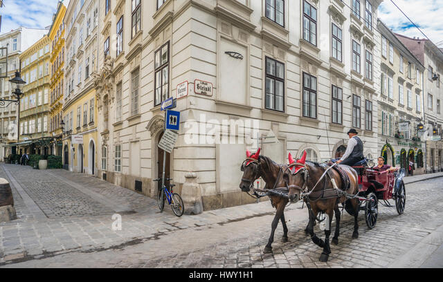 Austria, Vienna, Innere Stadt, a fiaker carriage is travelling through Steindlgasse, a cobblestone alley in the - Stock Image