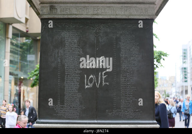 Manchester, UK. 29th May, 2017. A chalked message which reads 'One Love' on the war memorial in St Anns - Stock Image