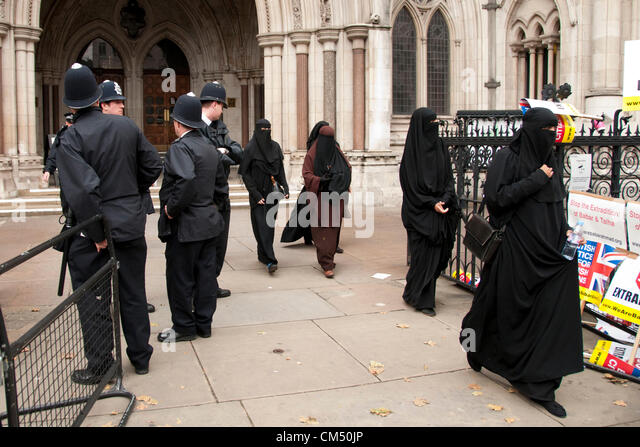 London, UK. 05/10/70. Women in Nicabs leave the court as Anjem Choudary and his Islamist supporters protesting against - Stock Image