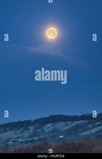 Cardiff, UK. 13th Jan, 2017. A 98.9% full waning gibbouse moon sets over Cardiff as temperatures hovered around - Stock Image