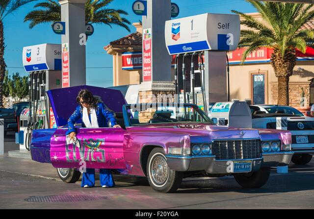 United States, Nevada, Las Vegas, gas station, an Elvis Presley impersonator polishes her Cadillac - Stock Image