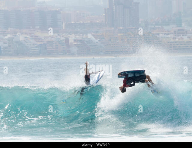 Gran Canaria, Canary Islands. 20th November, 2015. Weather: Surf in the city. Surfers and bodyboarders making the - Stock Image