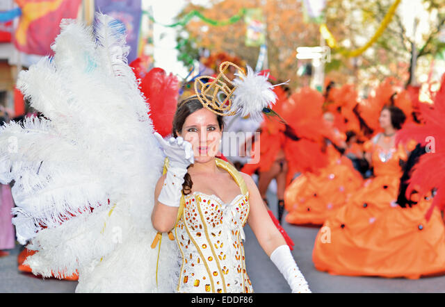 Portugal, Algarve: Girl with feather costume during the parade of Loulé Carnival - Stock Image