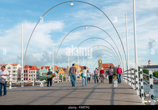 Queen Emma Bridge is a floating pontoon pedestrian bridge joining the Pinda and Otrabanda sides of Willemstad Curacao - Stock Image