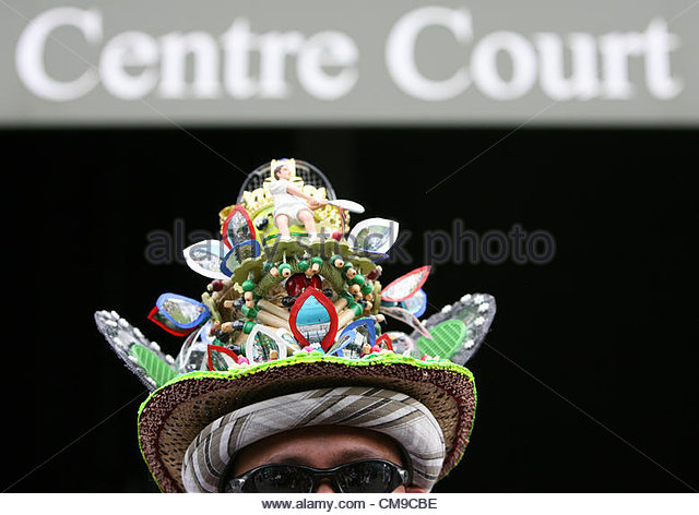 28/06/2012 - Wimbledon (Day 4) - A spectator with an extravagant and colourful hat outside Centre Court - Photo: - Stock-Bilder