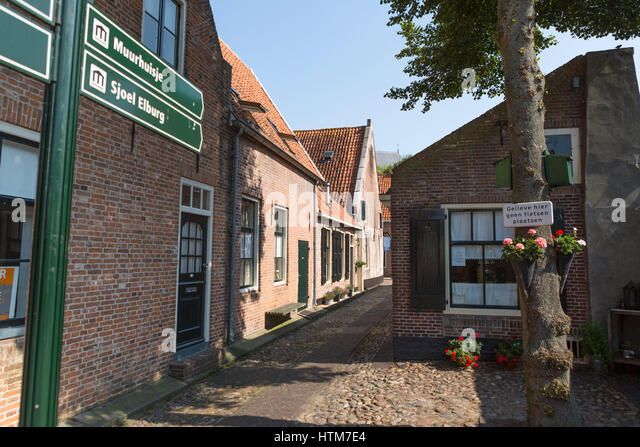 Nostalgic alley in the old and touristic town of Elburg in the Netherlands - Stock Image