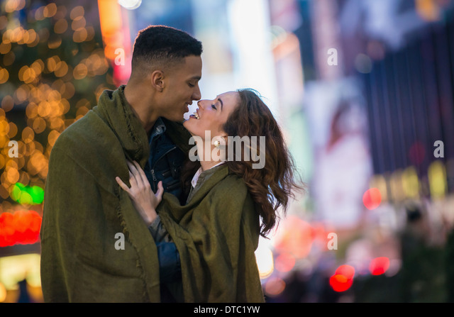 Young tourist couple wrapped in blanket, New York City, USA - Stock-Bilder