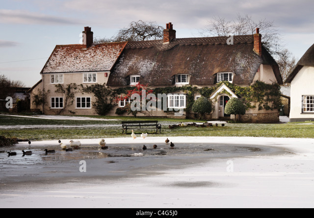 frozen pond in Haddenham village - Stock-Bilder