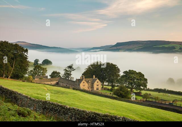 Offerton Hall above the mist in the Derwent Valley below, Derbyshire Peaks District, England, UK - Stock-Bilder