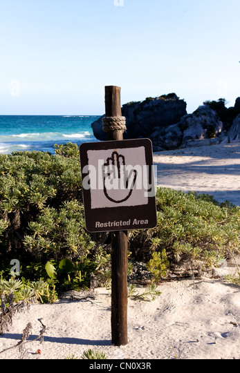 Sign denying access to a beautiful Caribbean beach (portrait format). - Stock-Bilder