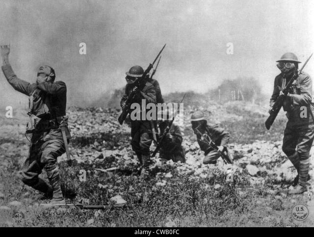 World War I, American soldier (left) suffering the effects of poison gas attack while his comrades are protected - Stock Image