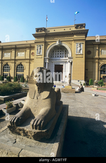 Egypt, entrance to the Cairo Museum, treasure house of European antiquity, inc the mask of Tutankamun, guarded by - Stock Image
