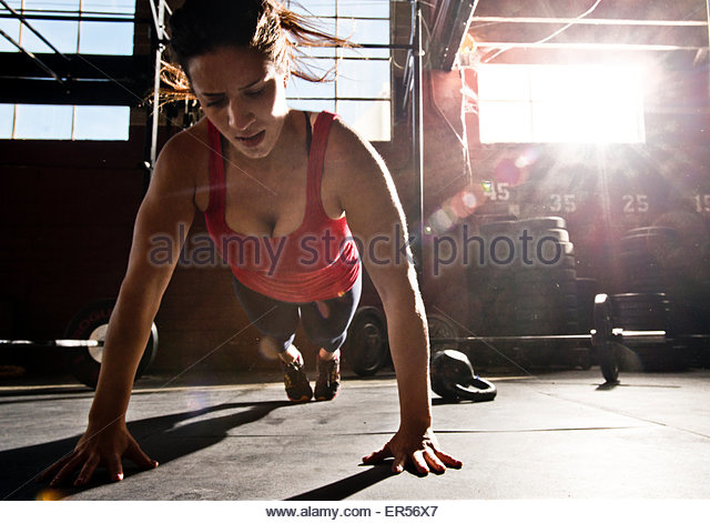 A crossfit athlete performs a push-up. - Stock-Bilder