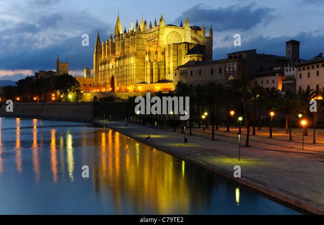 La Seu, illuminated cathedral and landmark of Palma in the evening light, historic town centre, Palma de Majorca, - Stock-Bilder