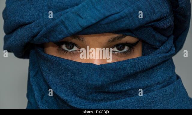 Tuareg girl, Targia, veiled with Chech fabrics, eyes, Algeria - Stock-Bilder