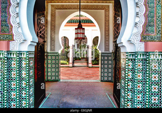 Morocco, Marrakesh-Tensift-El Haouz, Province Marrakesh, Marrakesh, Hotel interior with archway - Stock Image