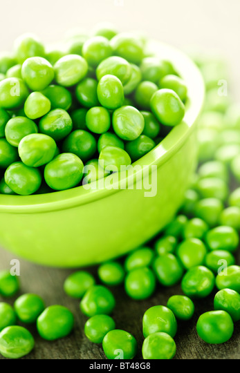 Closeup on bowl of fresh green organic green peas - Stock Image