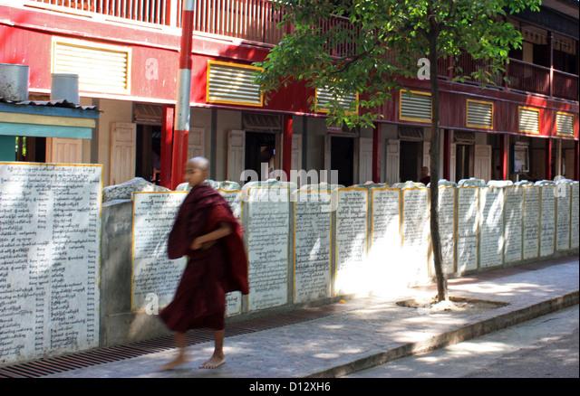 Buddhist monks walk through Mahagandhahon abbey (Amarapura Township) in Mandalay, Myanmar, 25 October 2012. Photo: - Stock-Bilder