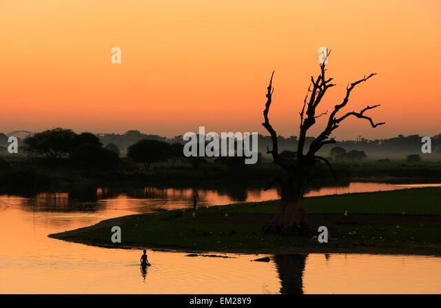 Colorful sunset at the lake, Amarapura, Mandalay region, Myanmar - Stock-Bilder