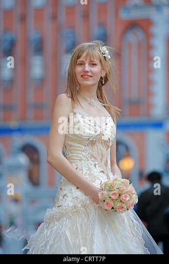 Bride with cream-colour rose bouquet - Stock Image