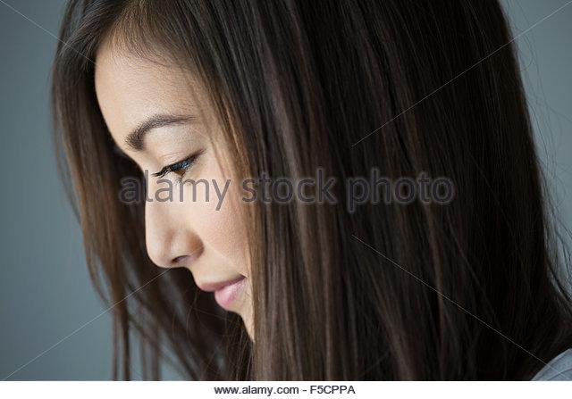 Close up profile pensive brunette woman looking down - Stock-Bilder
