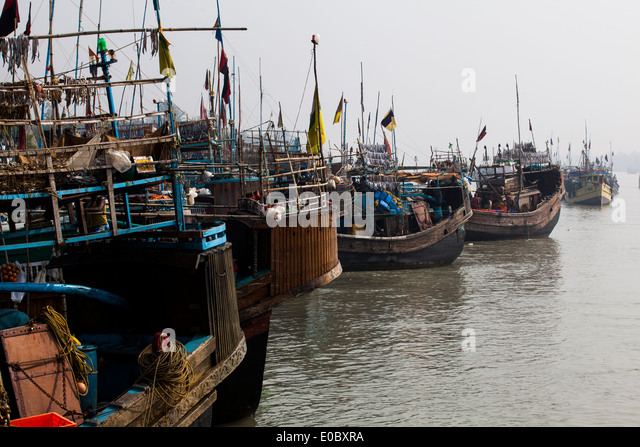 Fishing boats anchored in a harbour in Bangladesh - Stock-Bilder