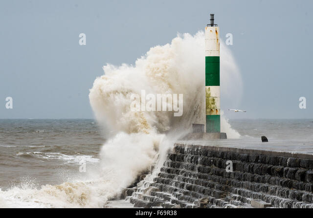 Aberystwyth, Wales, UK. 15th Nov, 2015. The tail end of Hurricane Kate sweeps over the west of Wales bringing huge - Stock Image