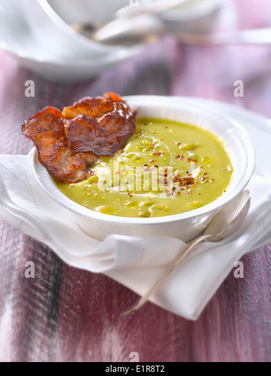 Cream of split pea soup with crisp bacon - Stock Image