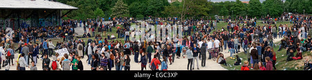 Goerlitzer Park, Crowd of young people, Kreuzberg, Berlin - Stock Image