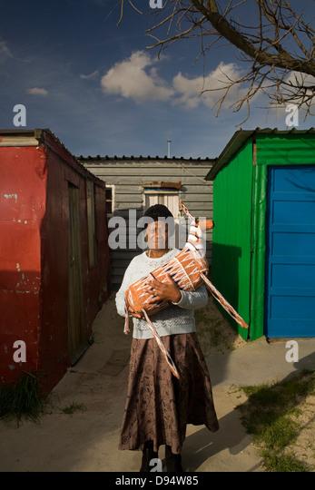 Khayelitsha Township Western Cape - Makatiso Ngaka makes beaded artworks for Monkey Bizz in Cape Town - Stock Image